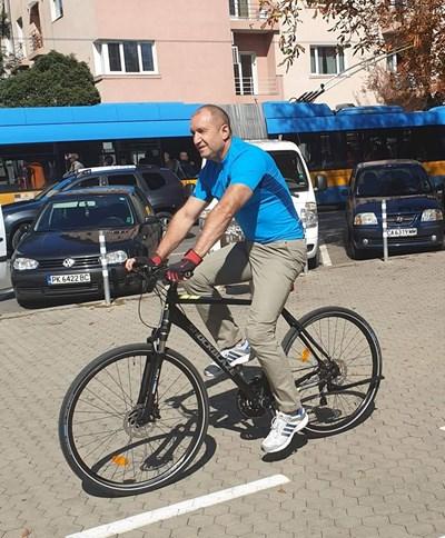 Фейсбук след снимката на Румен Радев на колело: Ген. Деси е заела всички коли