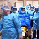 Медици карат болен в Хонконг, за когото се подозира, че е болен от новия коронавирус.
