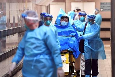 Медици карат болен в Хонконг, за когото се подозира, че е болен от новия коронавирус. СНИМКА: РОЙТЕРС