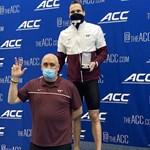 """Антъни Иванов позира със сребърния си медал на 200 ярда бътерфлай в Грийнсбъро. Снимка: фейсбук на плувния тим на """"Вирджиния Тек"""""""