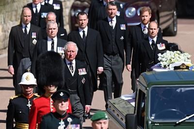Децата, внуците и семейството на принц Филип вървяха след ковчега по време на процесията. СНИМКА: РОЙТЕРС