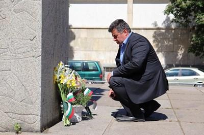 Областният управител Галин Григоров поднесе цветя пред паметника на войводата в Русе.