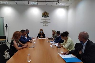 Туристическите фирми имат нужда от ликвидност, за да възстановят депозитите и плащанията за предоставени, но неизвършени услуги, подчерта по време на срещата министърът на туризма Марияна Николова.