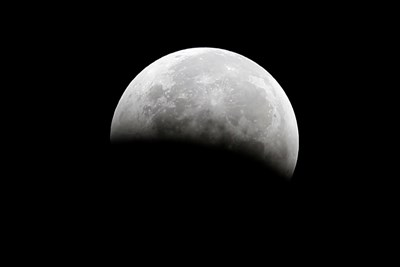 Откриха молекули вода в кратери на Луната (инфографика)