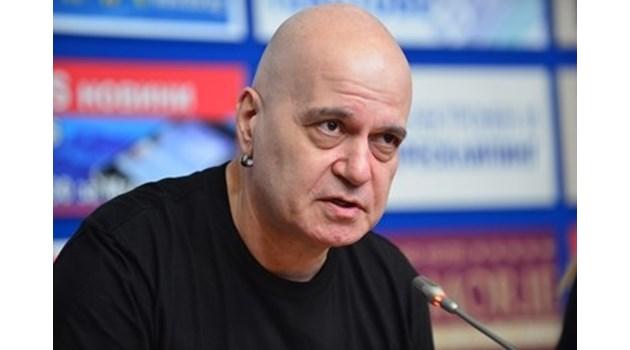 Мълчанието на Слави не е стратегическо, просто няма какво да каже момчето, няма кой да му напише репликите