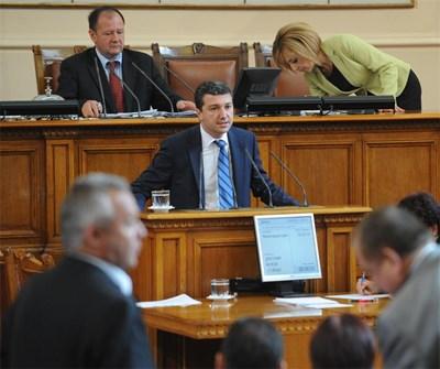 Министър Драгомир Стойнев обясни вчера в парламента, че ако промените в енергийните закони не са били приети, токът щял да поскъпне от юли. СНИМКА: