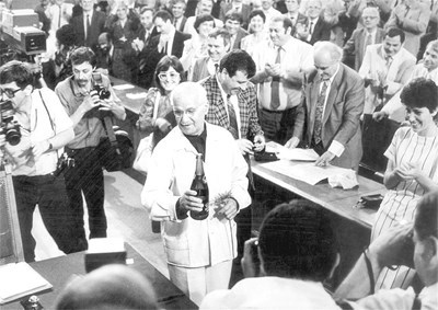 12 юли 1991 г. Доайенът на 7-ото ВНС Йосиф Петров (СДС) отваря шампанското по повод приемането на новата Конституция на Република България