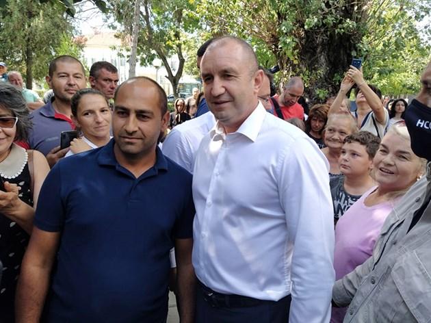 Това са истинските българи, каза Радев, докато се снимаше с белоземци.