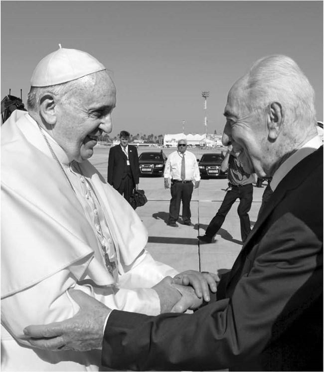 Поздрави към папа Франциск на летищния асфалт по време на посещението си в Израел. Ави Охайон/GPO