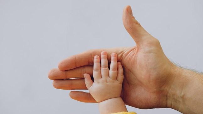 Как да изрежем безопасно бебешките нокти?