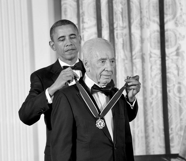 При получаването на Президентския медал на свободата от президента Барак Обама, юни 2012 г. Амос бен Гершом/GPO