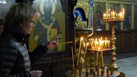 Ема Томпсън на тайно посещение в Бачковския манастир (снимки)