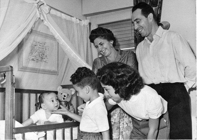 """Соня, Цвия, Йонатан (Йони) и аз, който се възхищавам на бебето Нехемиа (Хеми), 1958. Авраам Веред, в списание """"Bamahane"""", с любезното съдействие на архивите на I.D.F и архивите на отбраната"""