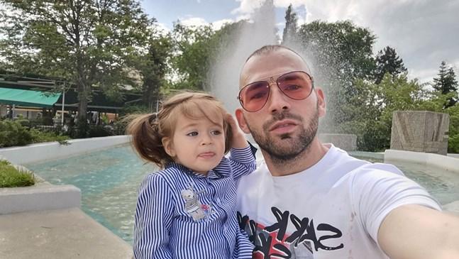 Атанас Месечков пътува до Виена с дъщеря си Айлин, когато е била на 7 седмици