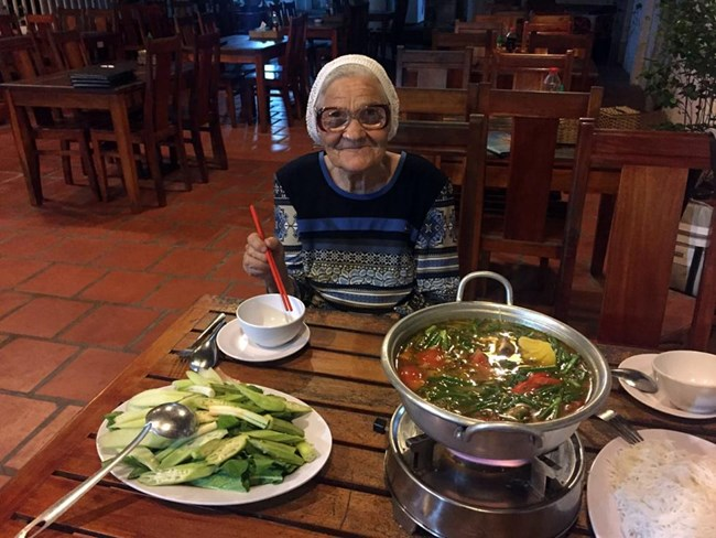 Баба, пътуваща без мобилен телефон, но с камера и раница. Снимка: Екатерина Папина