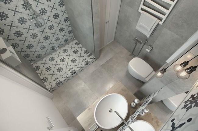 Банята е светла и стилна