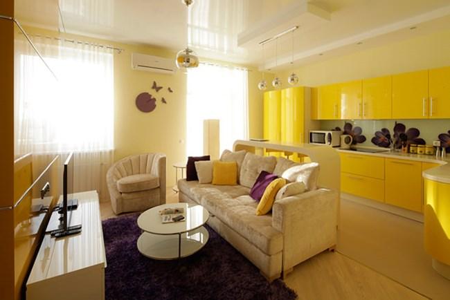 Жълто, лъскави повърхности и красиви виолетови акценти правят жилището много светло и приятно Снимки design-homes.ru