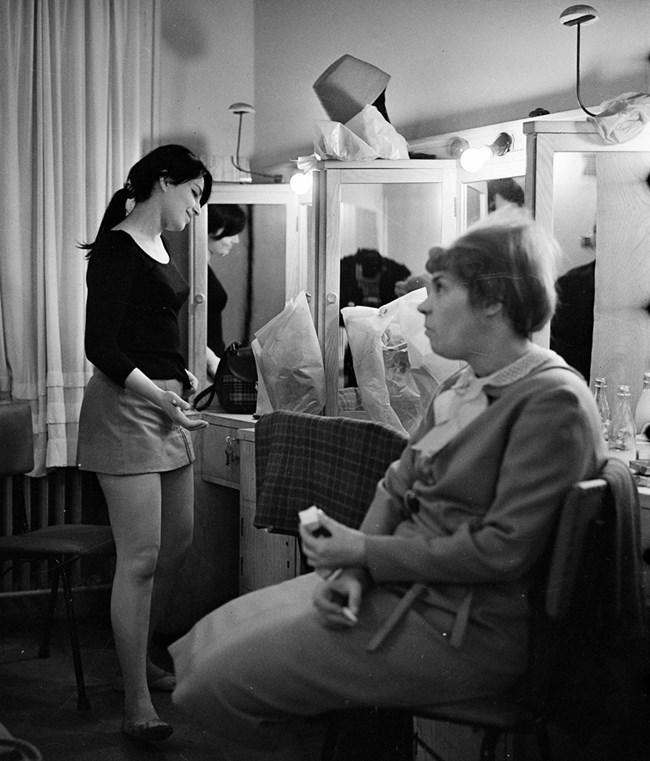 Невена и Стоянка Мутафова в  гримьорната  в почивката  между две репетиции. СНИМКА: ГЕОРГИ ПАНАМСКИ