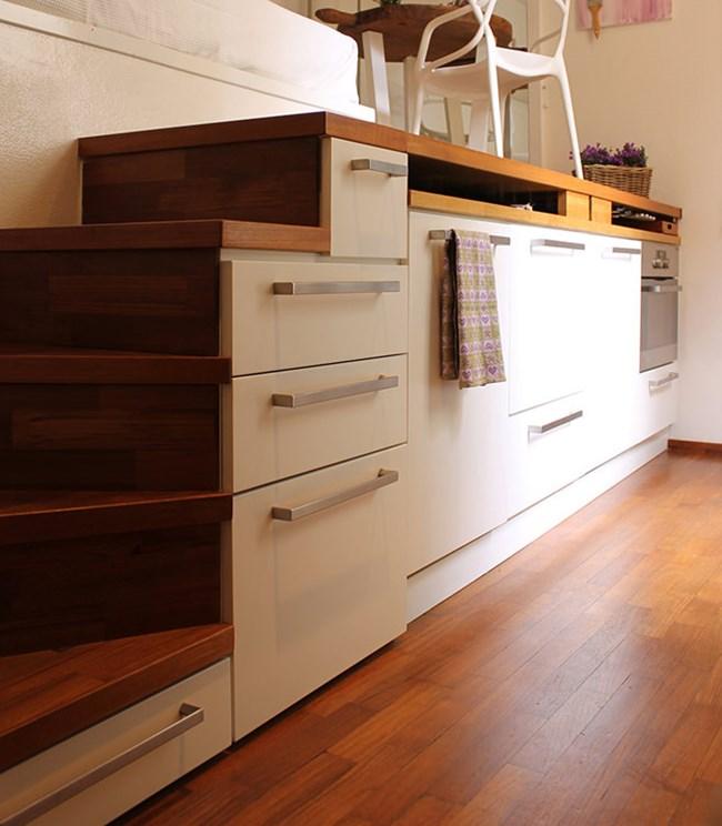 Под стълбата са кухненските шкафове, но и гардеробната. Тя се намира точно под спалнята