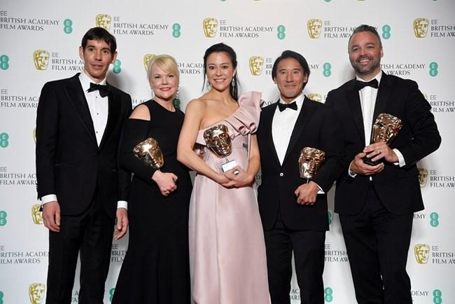 """Шанън Дил, Елизабет Чай Вазархелий, Джими Чин и Евън Хейс с наградата си за документален филм """"Свободното соло"""" с Алекс Хонълд"""