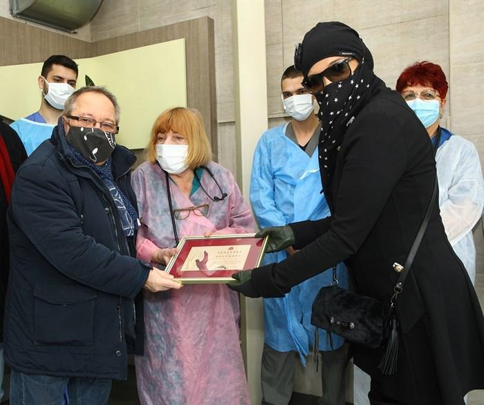 Аня Пенчева и Георги Мамалев бяха със задължителните маски при срещата си с медиците.  СНИМКИ: БОЖИДАР МАРКОВ