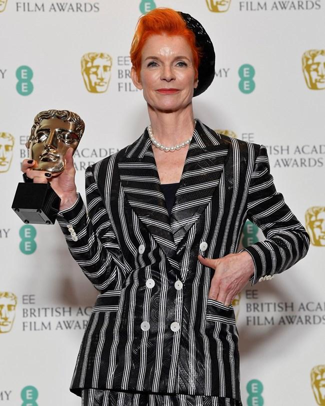 """Санди Пауъл със статуетка за дизайн на костюмите във филма """"Фаворитката"""""""