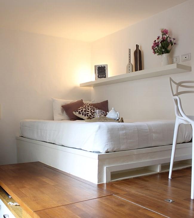 Зоната на спалнята е бяла и изглежда по-просторна