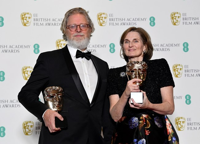 """Тони Макнамара и Дебора Дейвис с наградата за оригинален сценарий за филма """"Фаворитката""""."""