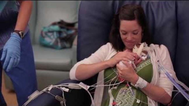 Това трогателно видео показа любовта и болката от първата прегръдка на недоносено бебе