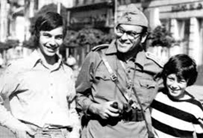 """Георги Георгиев - Гец със синовете си Иван (вляво) и Данаил на снимачната площадка на филма """"Последният ерген"""""""