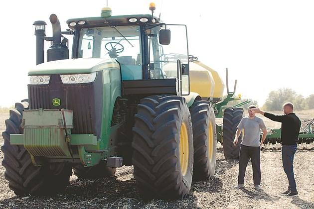 Делгянски дава указания на тракториста за сеитбата