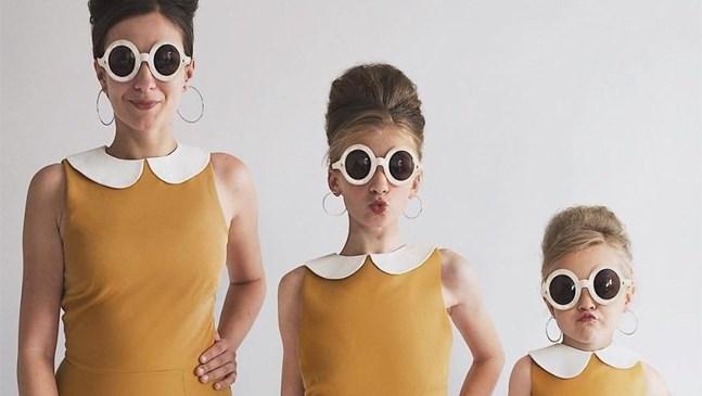 Майка и двете й дъщери заснемат невероятни фотосесии с еднакви дрехи