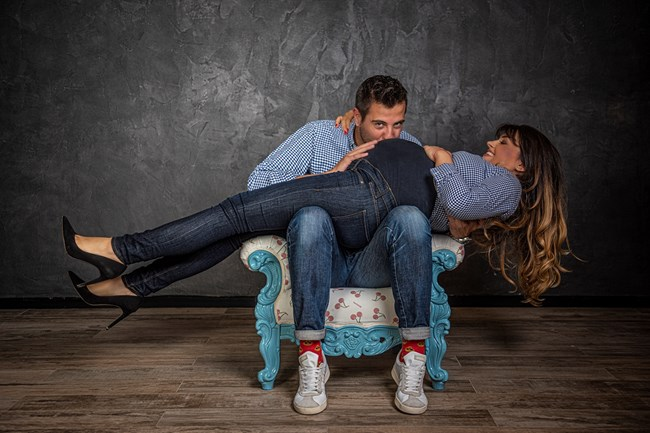 Илиян Любомиров целува бременното коремче на половинката си Петя Дикова.
