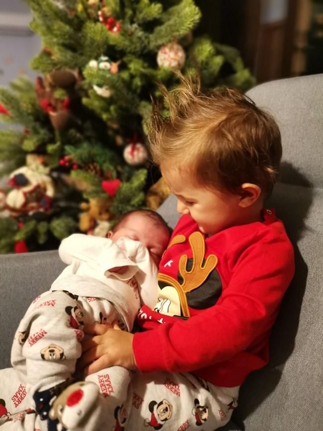 Сашко е прегърнал братчето си Илиян.