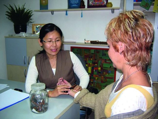 Прегледът на пациентката е доста необичаен. Тибетската лекарка внимателно взима ръката й и като че ли й мери пулса. Но не брои ударите, а малко се унася, притваря очи и сякаш започва да чете от невидима книга. Описва точно заболяванията и причините, довели до тях. Толкова е съсредоточена, че изобщо не забелязва присъствието на външни хора,  снимка: Наско Атанасов
