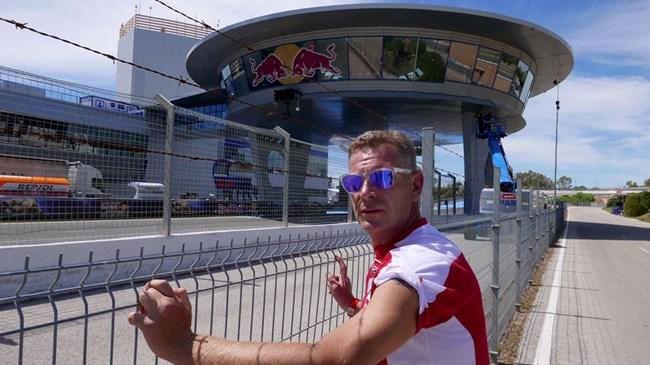 Вергов гледа пистата в южния испанския град Херес де ла Фронтера през май тази година.