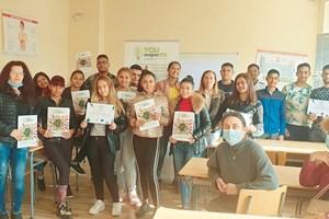 С учениците от ПГСС гр. Белозем, между тях е Божура Фиданска. Снимки: НСМСФП