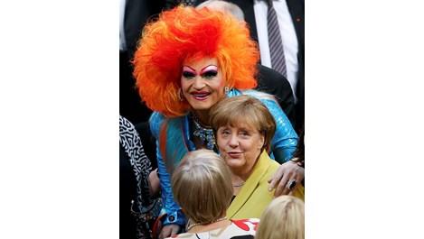 Двуметров травестит гушна Меркел