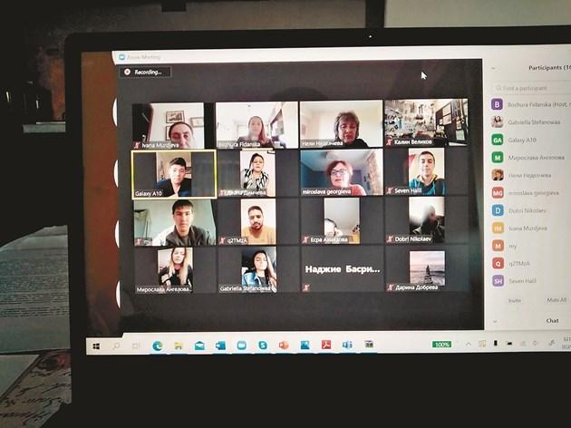 По време на онлайн обучението на учениците от ПГСС гр. Суворово