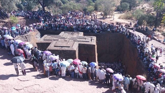 """Храмът """"Свети Георги"""" в Лалибела по време на църковен празник"""