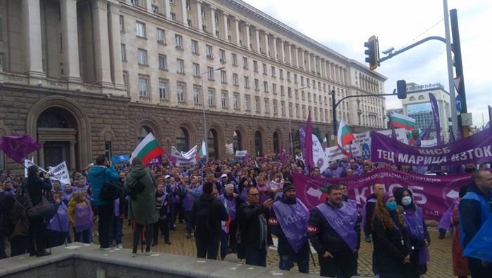 Стотици миньори излязоха на протест в София с искане да се запази въглищната енергетика.