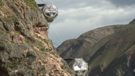 Хотел в Перу виси на ръба на скалата (видео)