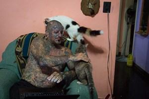 Виктор обича да си играе с котките, които двамата с Габи са прибрали от улицата.