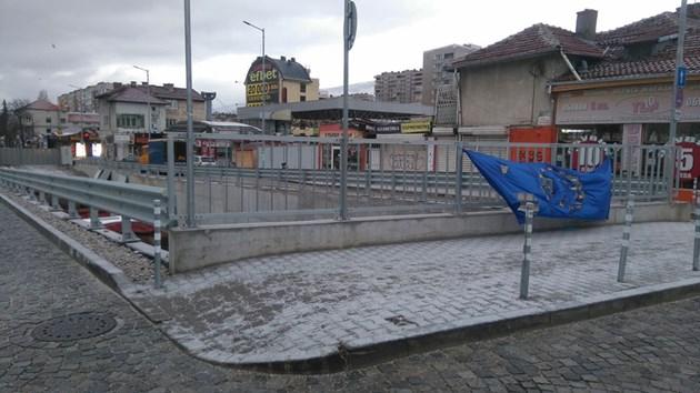 Разпънаха скъсано знаме на Европейският съюз в столицата