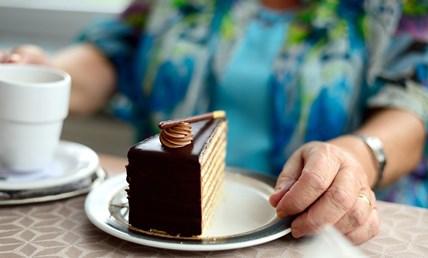 Недоспиването увеличава апетита ни за бисквити, торти и чипс