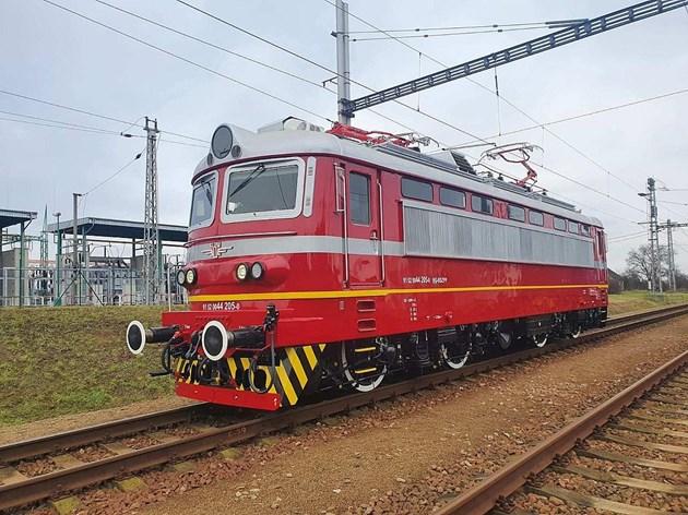 Първият изцяло обновен локомотив на БДЖ вече пътува по жп мрежата (Снимки)