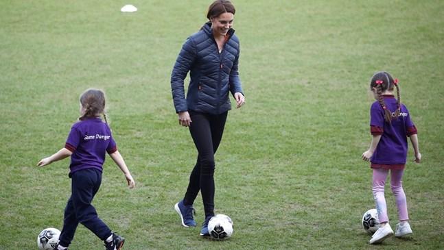 Кейт Мидълтън игра футбол с малчугани в Белфаст (Снимки)