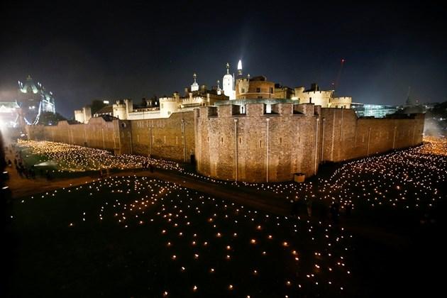 Замъкът Тауър засия в памет на загиналите през I-та световна война