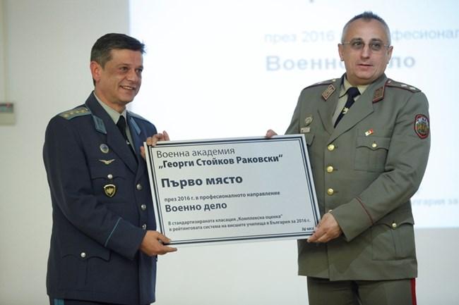 Началникът на отбраната ген. Константин Попов награди ректора на Военна академия ген. Груди Ангелов (вдясно)