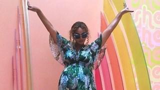 Бременната Бионсе в рокля с флорални мотиви (Снимки)